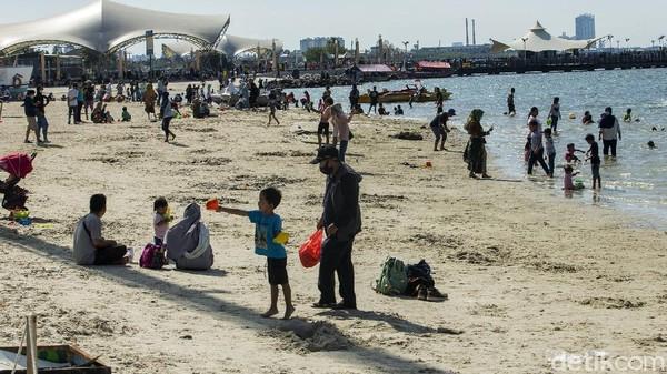 Sebanyak 70% diantaranya memilih berlibur di pantai Ancol dan 3.400 pengunjung ke Dufan.