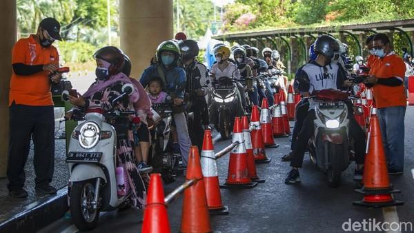 Antrean warga yang akan memasuki Ancol.