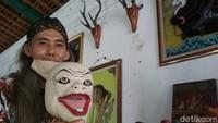 Ketua Unit Kepurbakalaan Keraton Kacirebonan, Elang Iyan Ariffudin mengatakan, sembilan topeng punakawan Cirebon ini memiliki peran sebagai penghibur. Di daerah lain, biasanya punakawan terdiri dari 4, yakni Semar, Petruk, Gareng dan Bagong. Namun, di Cirebon punakawan berjumlah sembilan yang ditampilkan melalui topeng. (Sudirman Wamad/detikTravel)