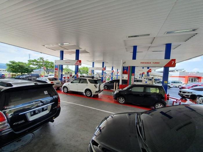Antrean mobil di SPBU Tol Trans Jawa