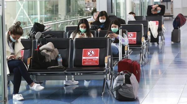 Berdasarkan beleid penangguhan perjalanan yang berlaku mulai hari Senin, warga negara Jepang dan penduduk non-Jepang yang berada di luar negeri akan diizinkan untuk kembali, dan beberapa pelancong misalnya pebisnis akan diizinkan masuk dari sejumlah kecil negara yang terutama berada di Asia.