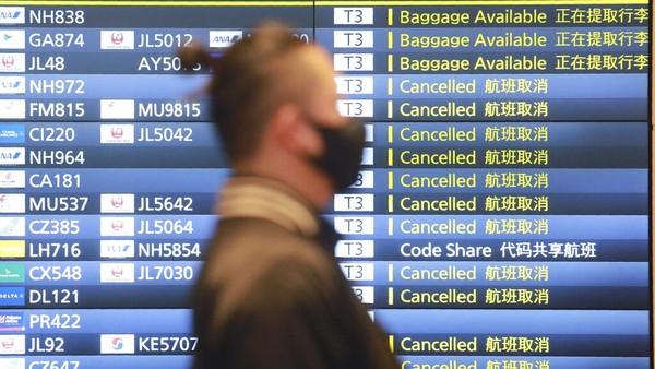 Seorang pria tampak beraktivitas di area Bandara Internasional Haneda yang berada di kawasan Tokyo, Jepang, Senin (28/12/2020). Berdasarkan papan informasi penerbangan di Bandara Internasional Haneda, sejumlah penerbangan tampak dibatalkan hari ini.