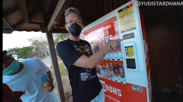 Borong Minuman dari Vending Machine, Bawanya Pakai Koper