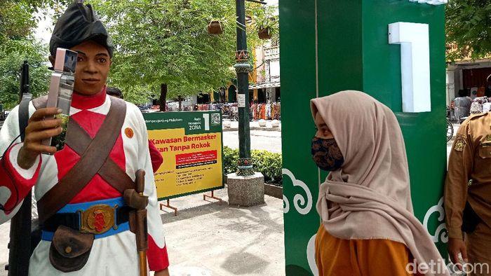 Patung-patung prajurit Keraton Yogyakarta diletakkan di Malioboro untuk ukur suhu tubuh pengunjung. Keberadaan patung itu sebagai upaya pencegahan virus Corona.
