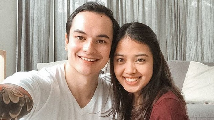 Kisah cinta wanita Indonesia yang menikah dengan bule mirip Nicholas Saputra.