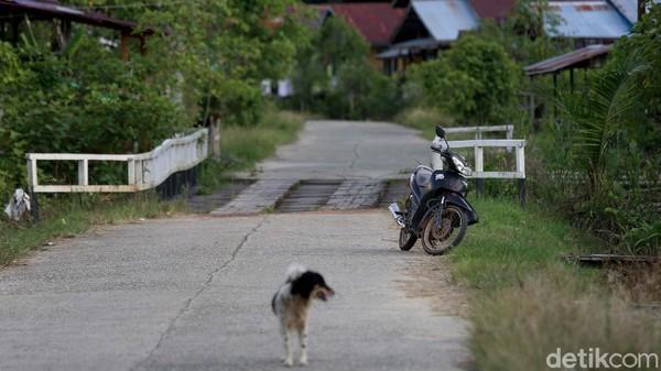 Di Kabupaten Kapuas Hulu, yang berbatasan langsung dengan Malaysia ini sepeda motor tetap aman meski ditinggal begitu saja oleh pemiliknya di tepi jalan.