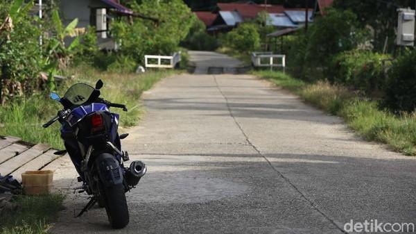 Bahkan dengan kondisi kunci motor masih menempel, motor tersebut tidak hilang dicuri orang. Seperti sepeda motor besar yang masih baru ini juga tetap aman dari si tangan panjang. Sampai seharian penuh pun, sepeda motor yang diparkir di tepi jalan itu tetap utuh.