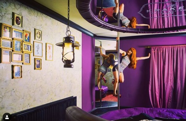 Hotel Pelirocco, Brighton di Inggris ini memiliki 19 kamar dengan tema yang berbeda-beda. Dengan tema beragam, kamu nanti akan menjumpai area menari tiang, langit-langit dengan desain erotis, mainan seks, ragam ide untuk keintiman dan juga pelumas. Harga menginap mulai dari Rp 1,7 juta. (Hotel Pelirocco)