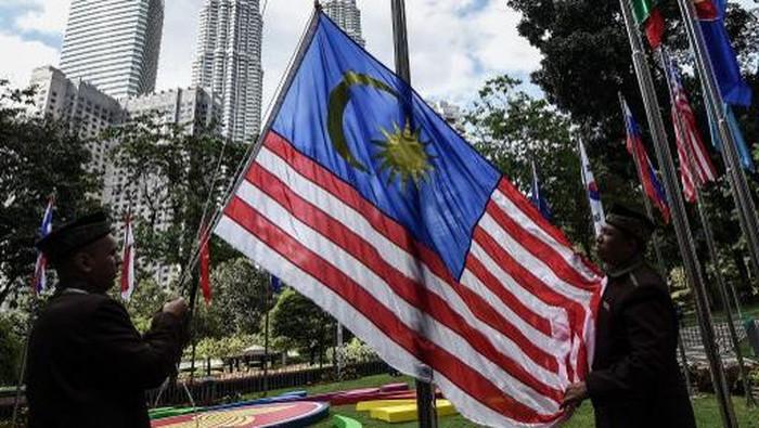 Workers put up a Malaysian flag ahead of the 27th Association of Southeast Asian Nations (ASEAN) Summit at the Kuala Lumpur convention center on November 18, 2015.  Malaysia will host the 27th ASEAN summit from November 18-22.    AFP PHOTO / MANAN VATSYAYANA (Photo by MANAN VATSYAYANA / AFP)