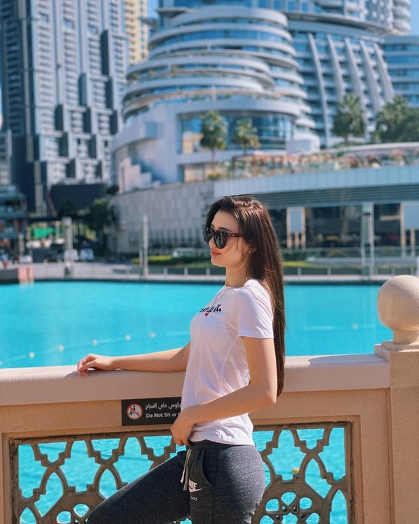 Seperti saat dia liburan di Dubai beberapa waktu lalu. Berkat kecantikan parasnya, Sabina saat ini sudah diikuti hingga 1,1 juta orang di Instagram. (Instagram/@altynbekova_20)