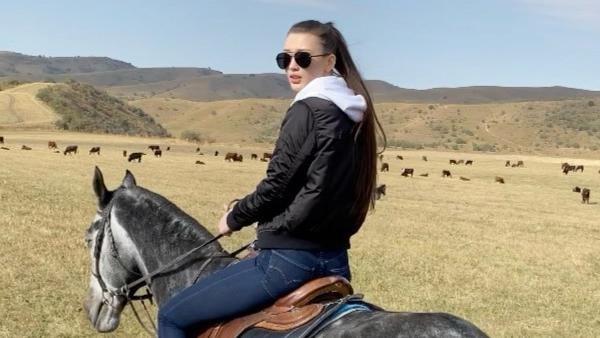 Sabina tampak lihat saat mengendarai dan mengendalikan kuda yang dinaikinya. Gadis cantik ini tidak terlihat canggung dan nampak sudah ahli dalam berkuda. (Instagram/@altynbekova_20)