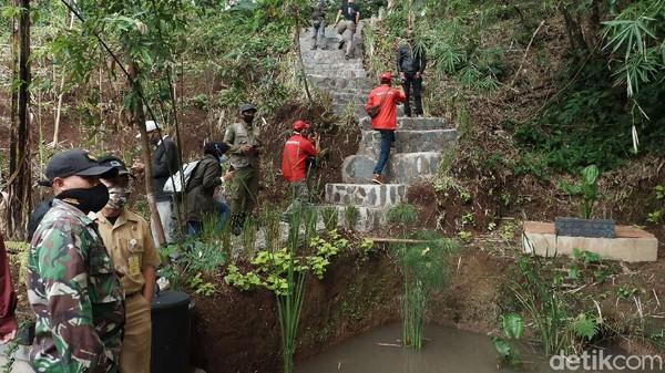 Tidak hanya desain dan bentuk yang diubah, resapan air pun ditambah dengan penanaman pohon bambu maranganani, ubi kuning, dan vetiver untuk penguatan tebing. Istilahnya infrastruktur hijau, bukan lagi menggunakan adukan semen.