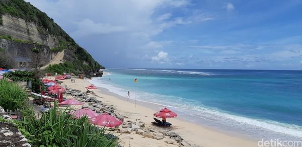 Pasir putih pantainya sungguh memanjakan kaki dan mata. (Bonauli/detikcom)