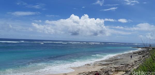 Tersembunyi di balik tebing, Pantai Pandawa menyuguhkan surga lain bagi para pemburu vitamin sea. (Bonauli/detikcom)