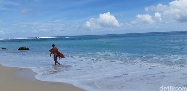 Tuh kan, ada bule lagi surfing di sini. (Bonauli/detikcom)