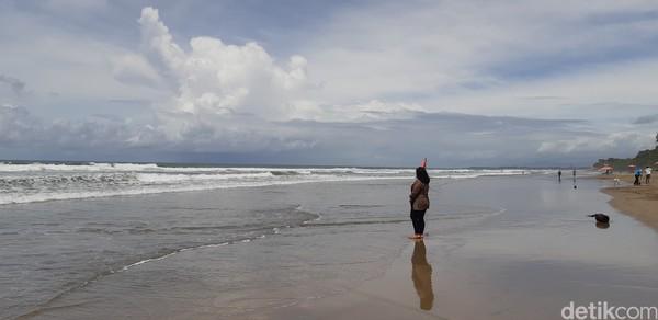 Pantai Seminyak biasanya ramai dan sesak, tapi di tengah pandemi pantai ini jadi sepi. (Bonauli/detikcom)