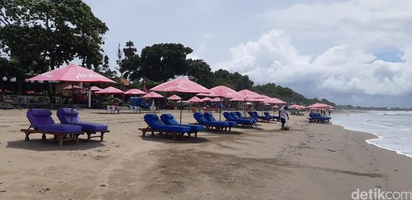 Kursi-kursi santai di tepi pantai hanya jadi hiasan saja. (Bonauli/detikcom)
