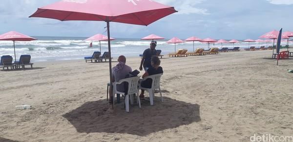 Sesekali ada bule yang datang. Kebanyakan hanya jogging, tapi ada pula yang bersantai menyewa kursi santai sambil minum kelapa seperti ini. (Bonauli/detikcom)