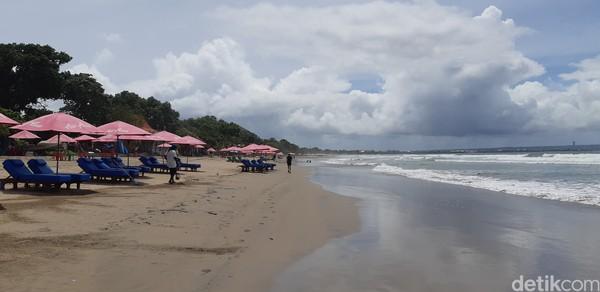 Sepi begini, Pantai Seminyak justru cantik dan mempesona nih. Cocok buat foto-foto liburanmu. (Bonauli/detikcom)