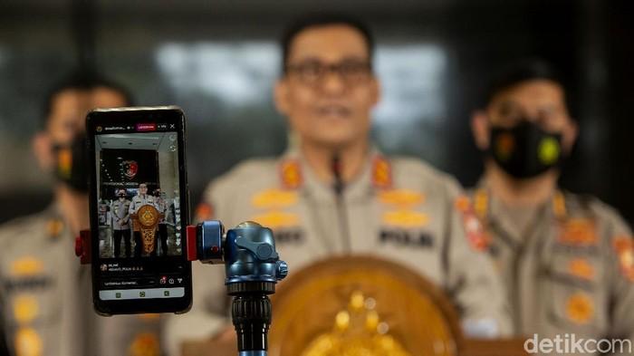 Polisi gelar konferensi pers terkait pelatihan terorisme di Jawa Tengah. Pelatihan itu digelar untuk siapkan para generasi muda JI yang akan dikirim ke Suriah.