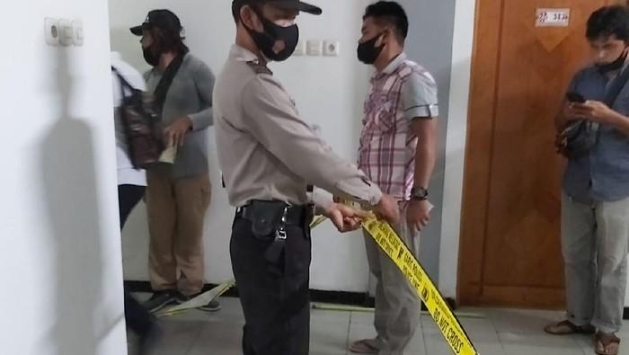 Polisi melakukan olah TKP penemuan mayat di hotel di Banjarmasin, Kalsel.