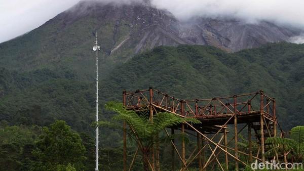 Daerah wisata ini berjarak kurang lebih 5 kilometer dari puncak Gunung Merapi.