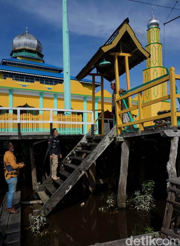 Desain masjid ini dibuat oleh kerabat kerajaan, yaitu Pangeran Haji Surapati Nata Setia Wijaya dan Raden Prabu Hayat.