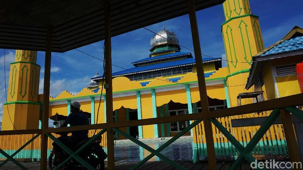 Pada masa pemerintahan Raden Muhammad Abbas Suryanegara, masjid megah yang kini berkelir kuning menyala didirikan. Dan hingga kini masih berdiri kokoh tepat disisi sungai Kapuas.