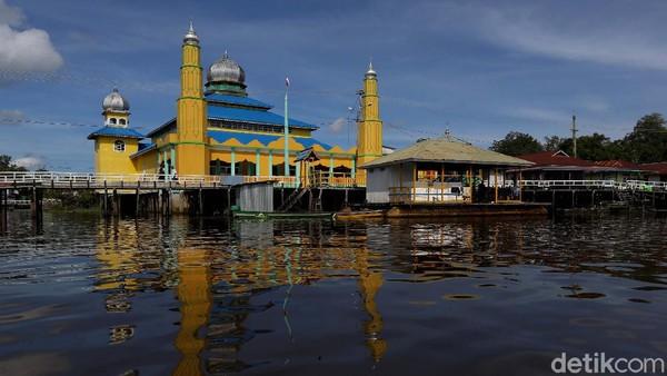 Masjid megah yang berada tepat disisi sungai Kapuas itu sangat tersohor karena menjadi lambang kejayaan Kerajaan Selimbau.