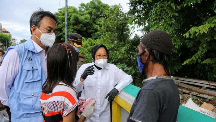 Mensos Tri Rismaharini (Risma) berdialog dengan pemulung di kawasan Pramuka, Jakarta Pusat.