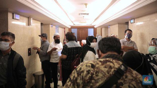 Sejumlah nasabah dan agen PT Asuransi Jiwa Bersama (AJB) Bumiputera 1912 berdialog mengenai penolakan terhadap Badan Perwakilan Anggota Nomor : 26/BPA-RUA/XII/2020 di Kantor Wisma Bumiputera, (CNBC Indonesia/ Muhammad Sabki)