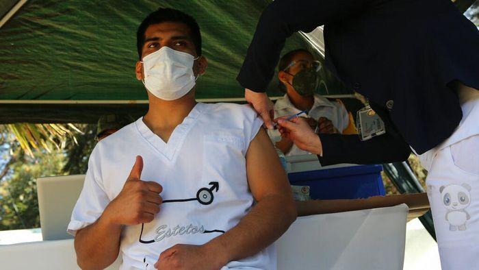 Meksiko telah memulai vaksinasi virus Corona untuk warga negaranya. Para petugas di garis depan penanggulangan COVID-19 jadi sasaran utama vaksinasi tersebut.