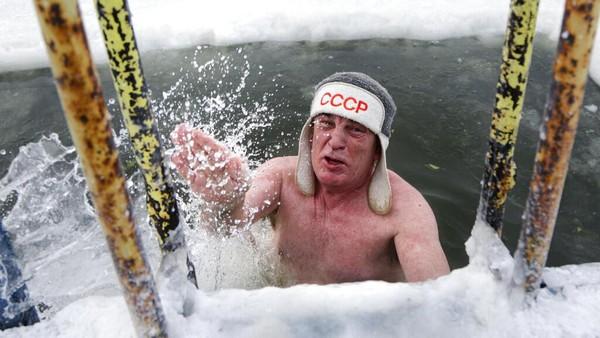 Di tengah dinginnya kota, Rusia memiliki tradisi unik yang dilakukan setiap tahun, yakni berenang di air sedingin es. AP Photo/Evgeniy Sofiychuk