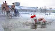 Unik! Di Rusia Ada Tradisi Berenang Dalam Air Es Saat Musim Dingin