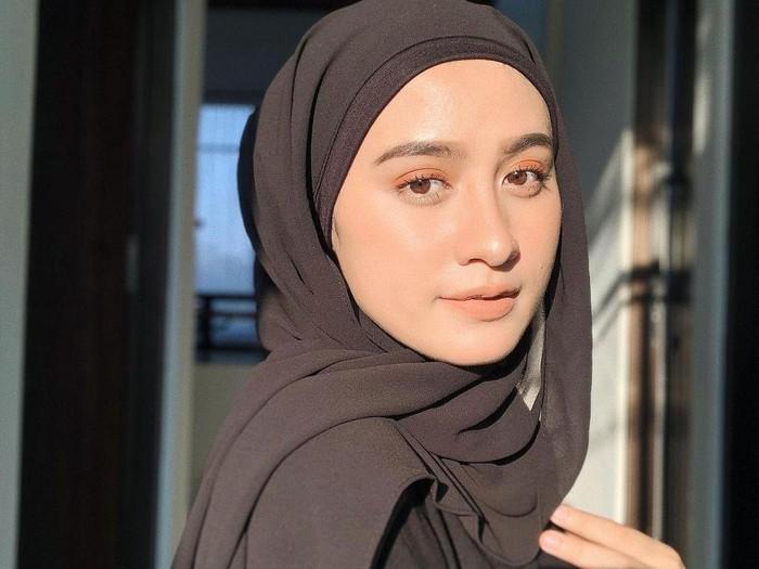 8 Bahan Hijab Yang Tren Di 2020 Banyak Dipakai Hijabers