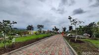 Destinasi wisata itu dibangun di atas lahan seluas 7 hektar dengan kapasitas 1.500 orang wisatawan. Terdapat 600 jenis bunga di lokasi itu. Dimana 30 persen dari macam-macam jenis bunga itu berasal dari luar negeri. (Muhammad Aminudin/detikTravel)
