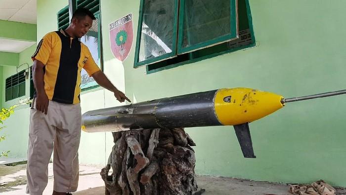 Sebuah benda asing mirip rudal dan terpasang kamera ditemukan oleh seorang nelayan, Saeruddin (60), di laut Kepulauan Selayar, Sulawesi Selatan. Benda itu kini sudah diamankan pihak TNI.