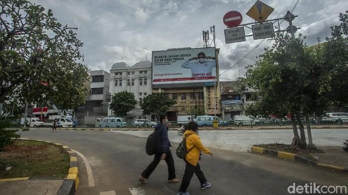 Iklan Menparekraf Sandiaga mejeng di beberapa titik di Jakarta, iklan tersebut mengajak warga untuk membeli produk lokal hingga mentaati protokol kesehatan.