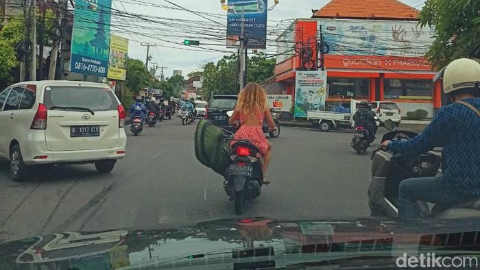 Bule gak gunakan helm saat berkendara