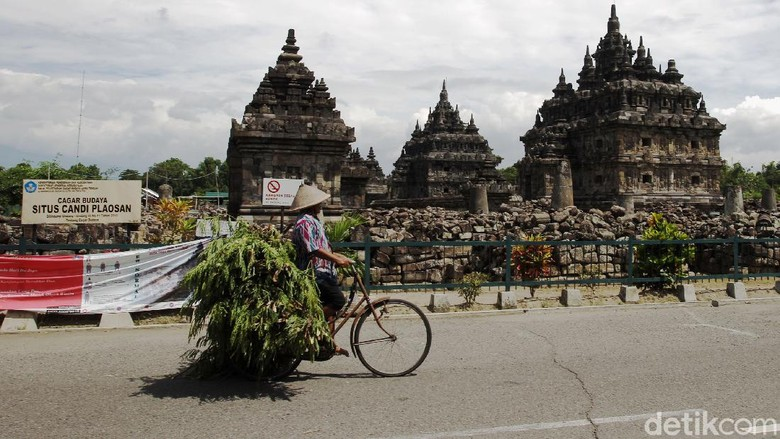 Petugas keamanan menyampaikan informasi penutupan komplek wisata Candi Plaosan kepada pengunjung di depan pintu gerbang Candi Plaosan, Klaten, Jawa Tengah, Selasa (29/12/2020). Penutupan dilakukan setelah ada laporan petugas yang terpapar COVID-19.