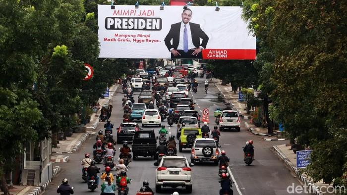 Baliho 'Mimpi Jadi Presiden' Ahmad Sahroni pengusaha sukses asal Tanjung Priok, Jakarta menjeng di Kota Bandung, Jawa Barat. Baliho orang yang kerap dikenal sebagai 'Crazy Rich Tanjung Priok' itu terpasang di billboard yang ada di Jalan Jakarta, Kota Bandung.
