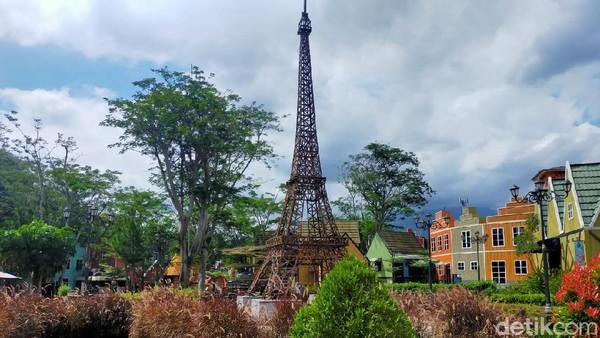De Voyage di Bogor juga punya miniatur berbagai ikon dunia mulai dari Menara Eiffel, Menara Pisa, Big Ben, Menara Brug Amsterdam hingga Kincir Agin Belanda. (Tasya Khairally/detikcom)