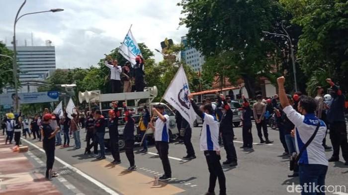 demo tolak omnibus law di grahadi