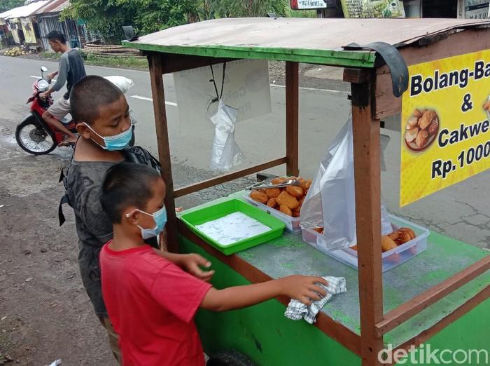 Dua bocah SD berjualan bolang-baling di Kudus, Selasa (29/12/2020).