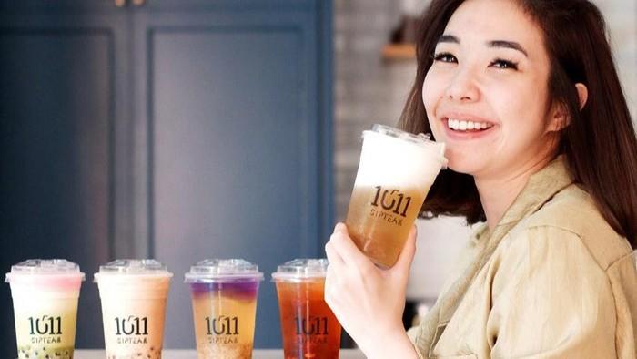 Gisel yang Selalu Tampil Ceria Saat Makan Donat dan Jajan Minuman Hits
