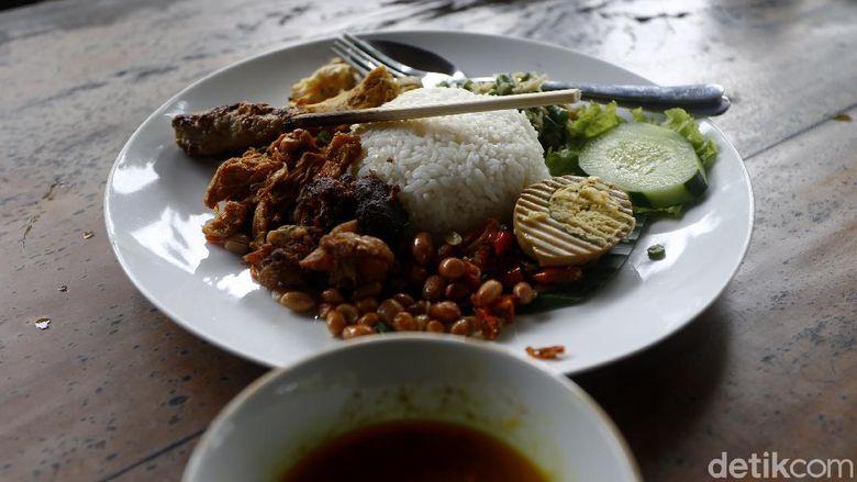 Lebih dari 50 tahun nasi ayam Kedewatan racikan bu Mangku manjakan lidah pelanggan. Kini jadi destinasi wisata kuliner legendaris yang wajib dicicipi jika ke Bali.