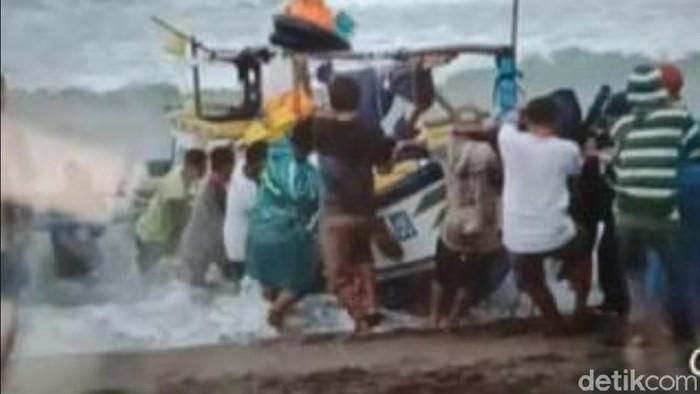 Kapal nelayan di Sukabumi terbalik usai menangkap mengambil benur