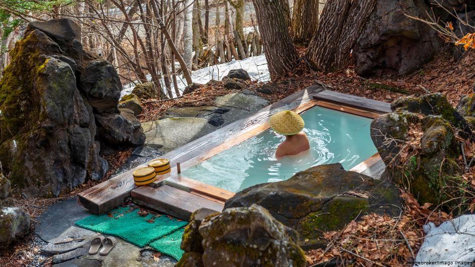 Khasiat Panjang Umur dan Sehat Orang Jepang: Berendam Air Panas di 'Onsen'