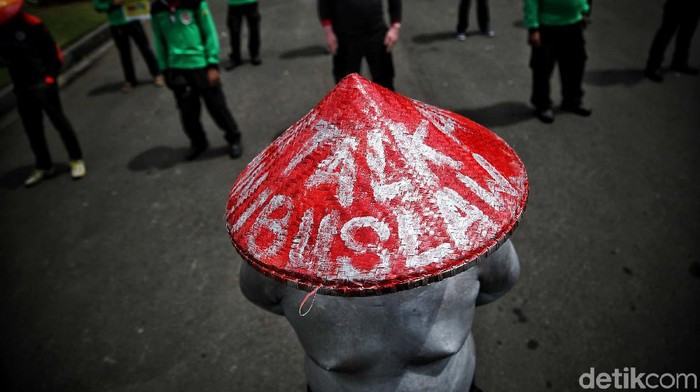 Sejumlah buruh yang tergabung dalam KSPI melakukan aksi unjuk rasa di kawasan Patung Kuda, Jakarta Pusat, Selasa (29/12). Dalam aksi tersebut mereka menolak UU Omnibus Law atau Cipta Kerja yang dilakukan serentak di 18 daerah Indonesia.