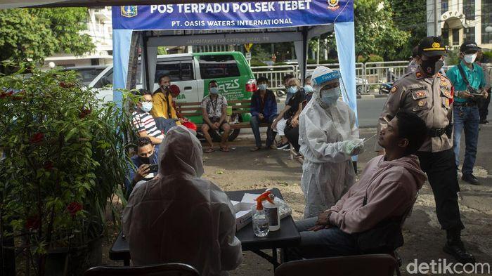 Seorang warga mengikuti rapid tes antigen di Tebet, Jakarta, Selasa (29/12/2020).